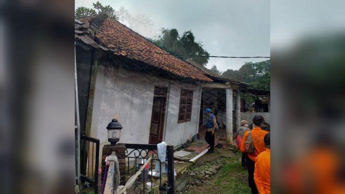 Pasca cuaca buruk melanda wilayah Bogor, sejumlah rumah di Kampung Tapos, Desa Bojong Koneng, Kabupaten Bogor nyaris ambruk.