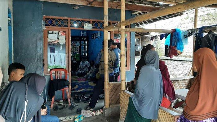 Suasana Rumah Duka Mayat dalam Plastik, Pihak SMAN 1 Cibungbulang Sambangi Rumah Korban