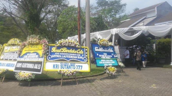 Karangan Bunga Ucapan Belasungkawa Berdatangan ke Rumah Letkol Laut Irfan Suri, Korban KRI Nanggala