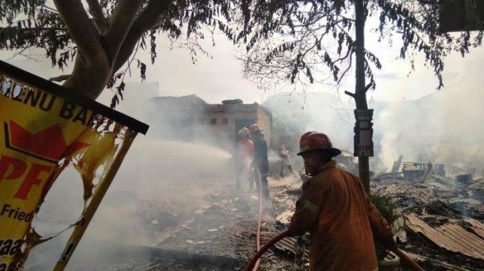 Diduga Tabung Gas Bocor, Rumah Makan Ayam Pakuan Hangus Dilalap Api