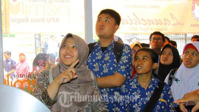 Ketua KPU Jelaskan Soal Pemilu, Siswa SLB Ini Malah Perhatikan Wanita Disebelahnya