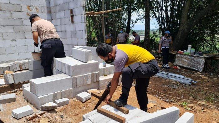 Rumah Pak Sartino Dibedah Polres Bogor, Anggota Polisi dan Banser Turun Tangan