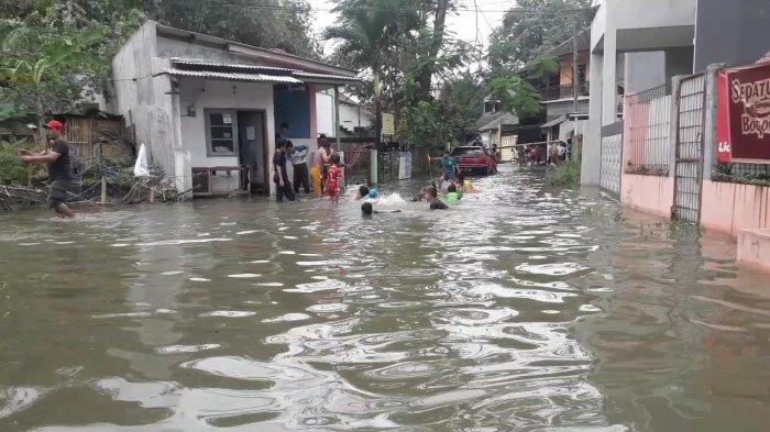 BREAKING NEWS - 16 Rumah di Kedung Badak Kota Bogor Terendam Banjir, Anak-Anak Asyik Berenang