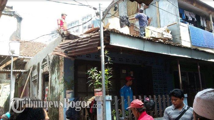 Rumah Tidak Layak Huni di Kampung Pada Beunghar Ambruk, Tetangga Sigap Membantu