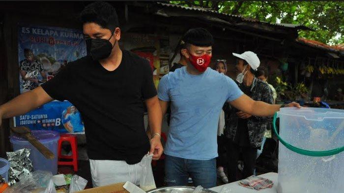 Di masa pandemi Covid-19 ini dan bertepatan pada momentum Ramadhan, Ruri Repvblik berjualan es kelapa kurma di sisi jalan Kh Abdullah Bin Nuh, Yasmin sebrang Giant Yasmin, Kecamtan Tanah Sareal, Kota Bogor.