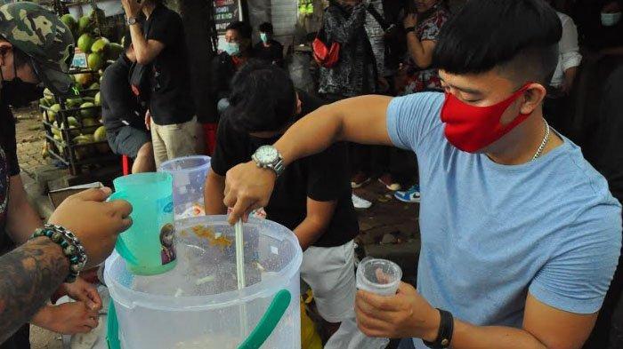 Tidak Gengsi, Ruri Repvblik Jual Es Kelapa Kurma di Pinggir Jalan Bogor : Bayar Seikhlasnya