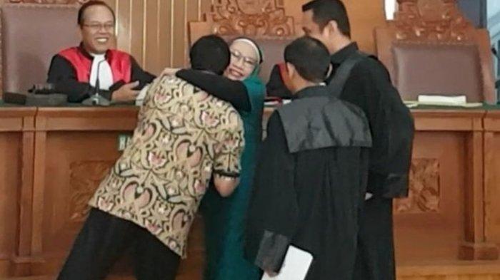 Ratna Sarumpaet dan Said Iqbal Berpelukan Usai Sidang Kasus Hoaks