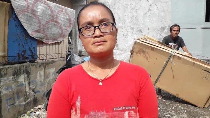 Salah satu warga sekitarSuhayati (43), mengatakan bahwa mayat tersebut ditemukan sudah dalam kondisi menimbulkan bau busuk.