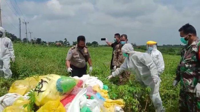 Belasan karung sampah alat pelindung diri (APD) bekas Covid-19 ditemukan menumpuk di pinggir jalan, Kampung Leuweung Gede, Desa Tenjo, Kecamatan Tenjo, Kabupaten Bogor, Selasa (2/2/2021).