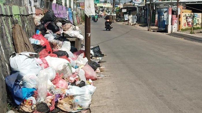 Sampah Menumpuk di Pinggir Jalan Raya Bojonggede Bogor, Berserakan Hingga ke Bahu Jalan