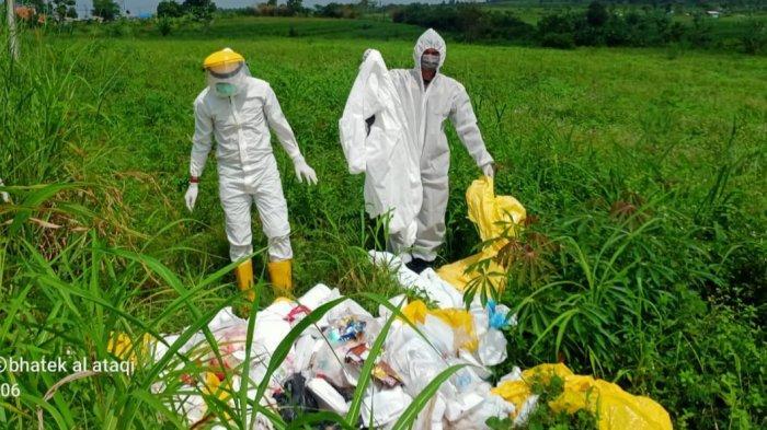 Belasan karung sampah alat pelindung diri (APD) bekas Covid-19 ditemukan menumpuk di semak-semak pinggir jalan, Kampung Leuweung Gede, Desa Tenjo, Kecamatan Tenjo, Kabupaten Bogor, Selasa (2/2/2021).