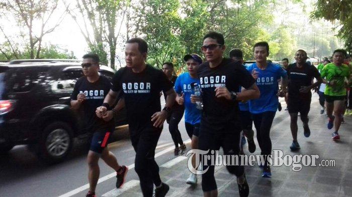Pakai Serba Hitam, Sandiaga Uno Jogging Bareng Bima Arya di Pedestrian