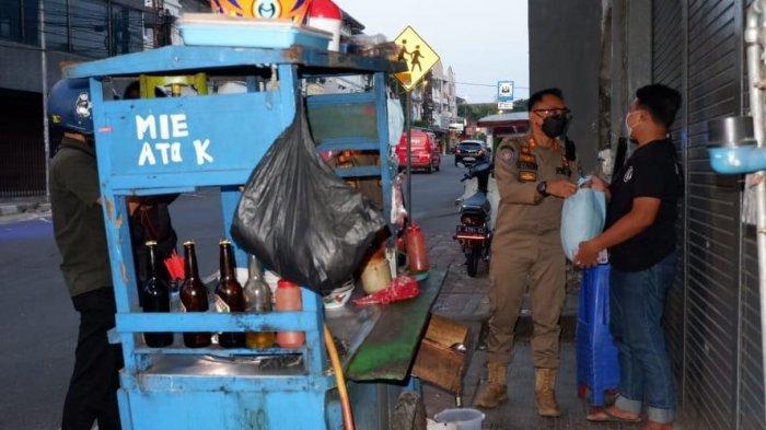 Satuan Polisi Pamong Praja (Satpol PP) Kota Bogor menggelar operasi penerapan PPKM Darurat di sejumlah ruas jalan di kota hujan, Senin (12/7/2021) sore.