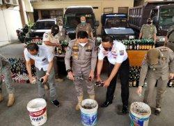Jelang Tahun Baru, Satpol PP Kota Bogor Tuangkan Ratusan Botol Miras ke Dalam Ember