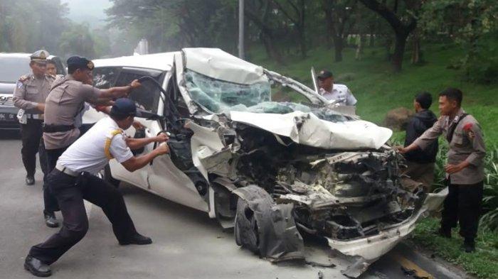 Mobil Innova Tabrak Truk Sampai Ringsek di Sentul Bogor, Satu Orang Dilarikan ke Rumah Sakit