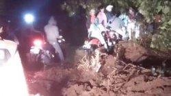 Sebanyak 4 warga di Kampung Gunung Larangan, Desa Pancawati, Kecamatan Caringin, Kabupaten Bogor terpental kejurang setelah tertimpa longsor, Senin (21/9/2020).