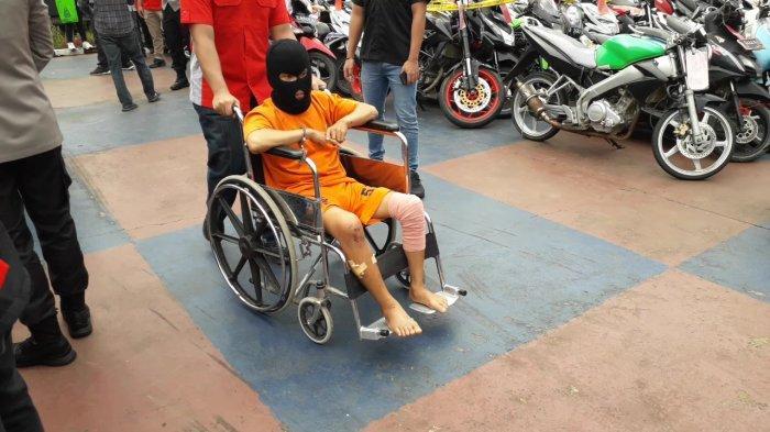 Melawan Polisi Saat Ditangkap, Tersangka Curanmor di Bogor Diborgol Bareng Kursi Roda