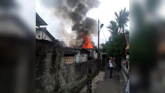 Sebuah Rumah di Kota Bogor Terbakar, Warga Asyik Berfoto Selfie