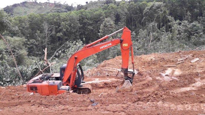 Sejumlah alat berat terpantau melakukan pengerukan tanah di area lahan yang tak jauh dari batas lahan tanah Rocky Gerung yang terancam digusur PT. Sentul City di kawasan Sentul, Desa Bojongkoneng, Kecamatan Babakan Madang, Kabupaten Bogor, Rabu (15/9/2021).
