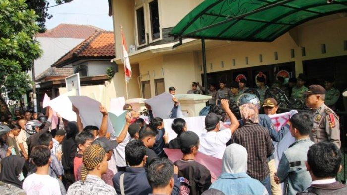 Tuding Tidak Netral saat Pilkada Serentak, Sejumlah Massa Geruduk Kantor Panwaslu Kabupaten Bogor