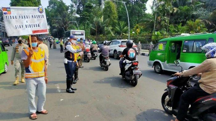 Pelanggar PSBB Di Bogor Diberi Sanksi Panas-panasan Sambil Bawa Spanduk