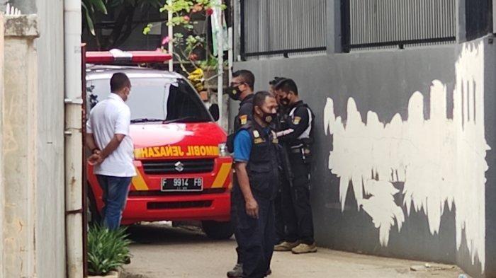 Sejumlah petugas kepolisian berjaga di lokasi kejadian.