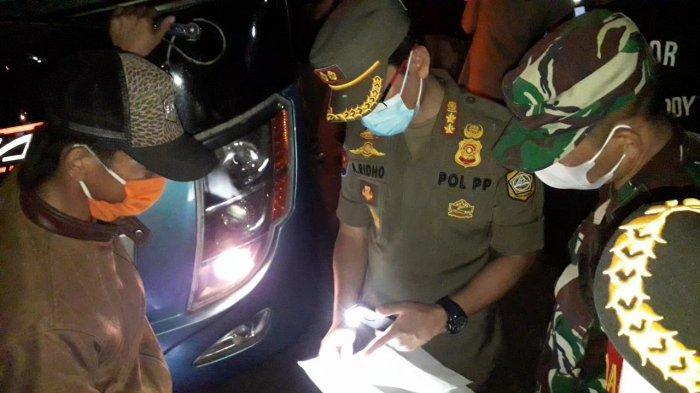 Sejumlah travel nakal yang membawa pemudik terjaring aparat gabungan saat malam Lebaran 2021 atau Idul Fitri 1442 Hijriah di Simpang Gadog, Kabupaten Bogor, Rabu (12/5/2021) malam.