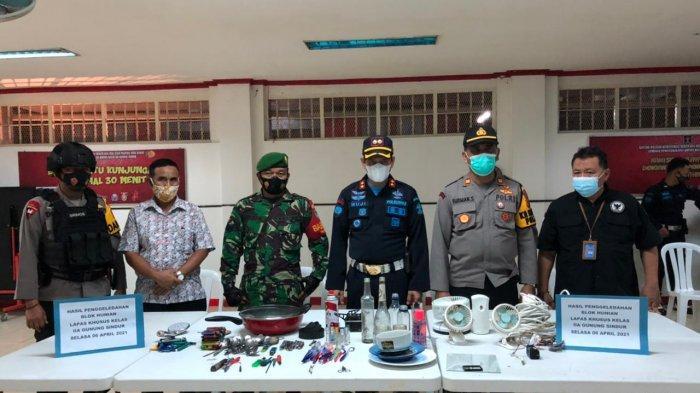 Hasil sitaan petugas saat melakukan razia ke sel tahanan Lapas Gunungsindur, Selasa (6/4/2021) malam