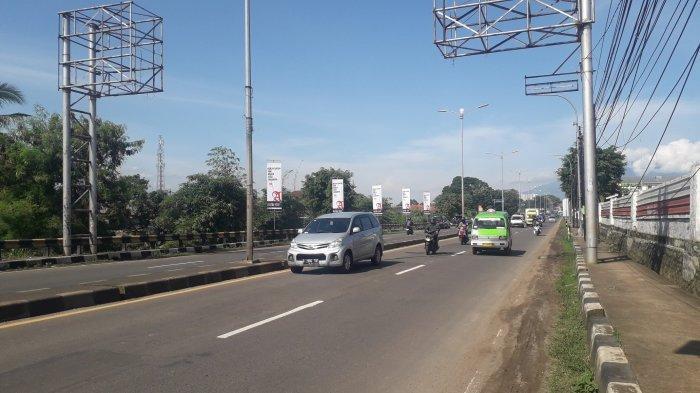 Lalu Lintas Kendaraan di Jalan Jakarta-Bogor Kawasan Sukaraja Saat Ini Ramai Lancar, Cuaca Cerah