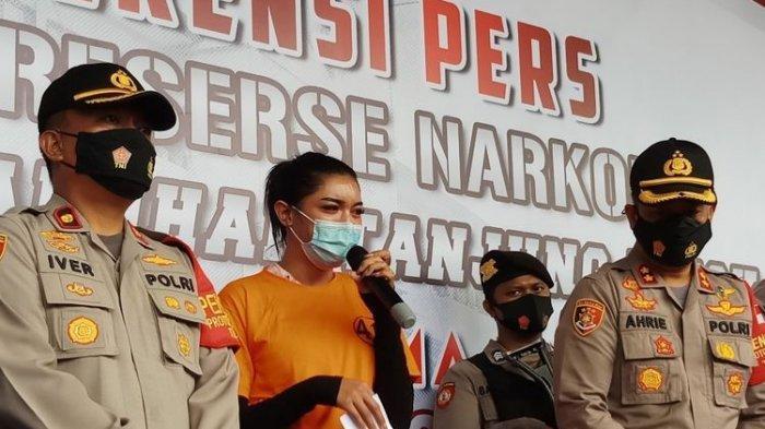 Selebgram Millen Cyrus menangis dalam jumpa pers penangkapan terkait narkoba di Polres Pelabuhan Tanjung Priok, Jakarta Utata, Senin (23/11/2020).