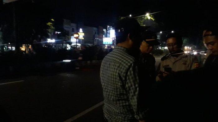 Lihat Petugas Evakuasi Pria yang Tewas Mengambang, Bapak Ini Tiba-tiba Histeris