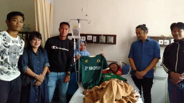 Manajemen Laskar Padjajaran Jenguk Kabomania yang Jadi Korban Pembacokan di Jalan Raya Jakarta-Bogor