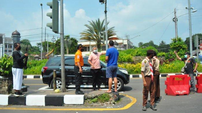 Tak Terima Diputar Balik di Simpang Gadog, Pengendara Pelat B Turun dari Mobil Datangi Petugas