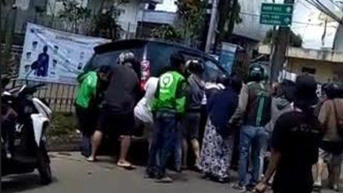 Kecelakaan Dekat Stasiun Cilebut, Pengendara Motor Terkapar di Kolong Mobil
