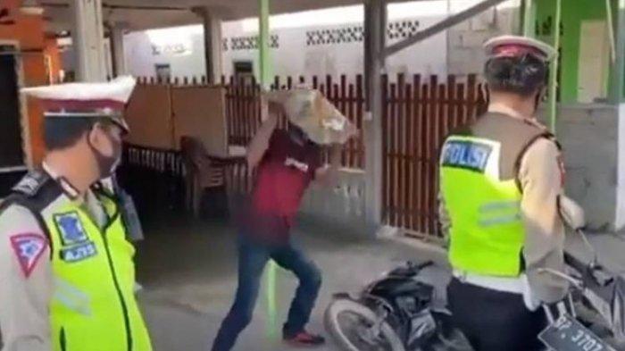 Tak Pakai Helm, Pria Ini Rusak Motor Pakai Batu Besar saat Kena Razia Polisi