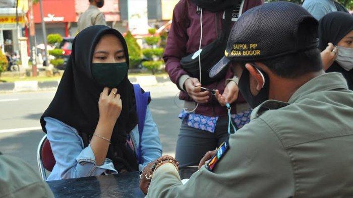Berboncengan Tak Pakai Masker, Wanita Cantik Ini Kapok Disidang Di Tempat