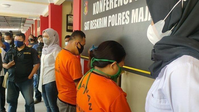 Seorang perempuan inisial DA (29) (kanan) tega menjual adiknya ke pria hidung belang lewat sebuah aplikasi.
