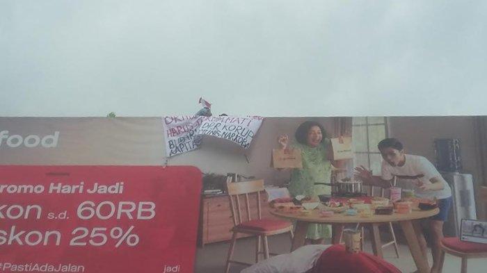 Pria Bawa Spanduk Nekat Panjat Papan Reklame di Bogor, Petugas Gabungan Turun Tangan