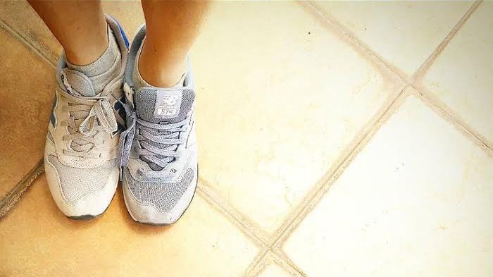 Tanpa ke Laundry, Begini Caranya Bikin Sepatu Putih Kinclong Kembali, Cuma Pakai Pasta Gigi !