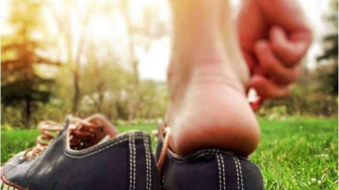 Sering Pakai Sepatu Saat di Rumah, Ini Lho Bahaya Yang Harus Diwaspadai