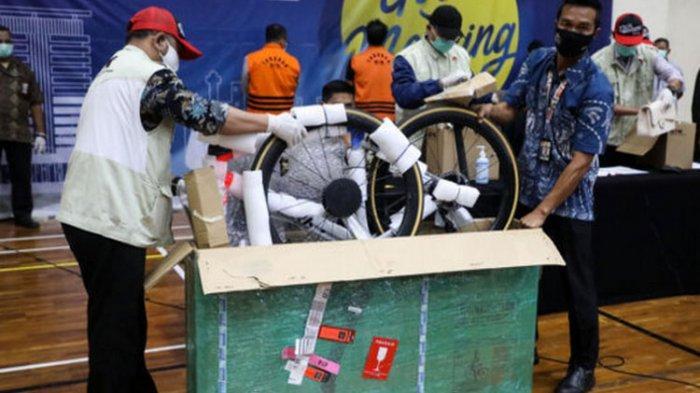 Sepeda road bike merek Specialized S-Works sebagai barang bukti ditunjukkan kepada wartawan saat penyampaian keterangan terkait kasus dugaan suap perizinan budidaya lobster tahun 2020 di Gedung KPK, Jakarta, Kamis (26/11/2020) dini hari.