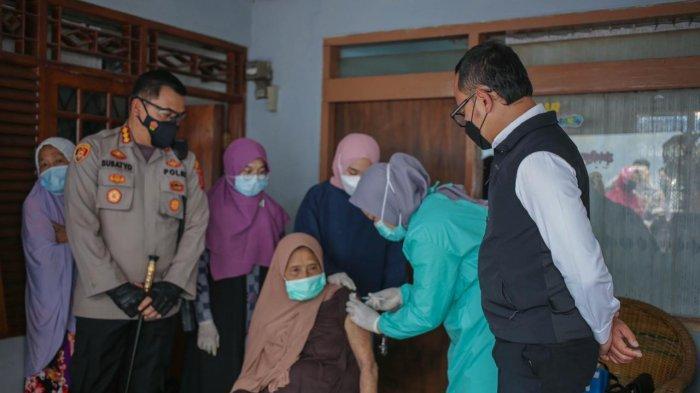Door to Door Pakai Mobil Vaksin, Petugas Jemput Bola Jangkau Warga di Pemukiman Padat