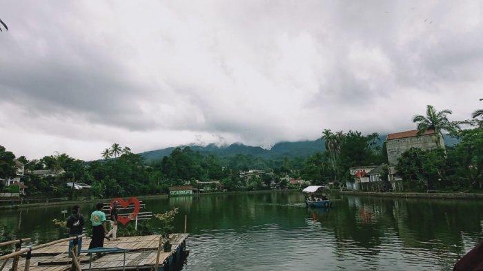 Bersantai di Setu Tamansari Bogor, Bisa Naik Perahu Air Berlatar Gunung Salak