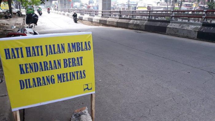 Kondisi jalan amblas di Jalan Sholeh Iskandar simpang Jalan Raya Cilebut, Kota Bogor, Selasa (31/8/2021)