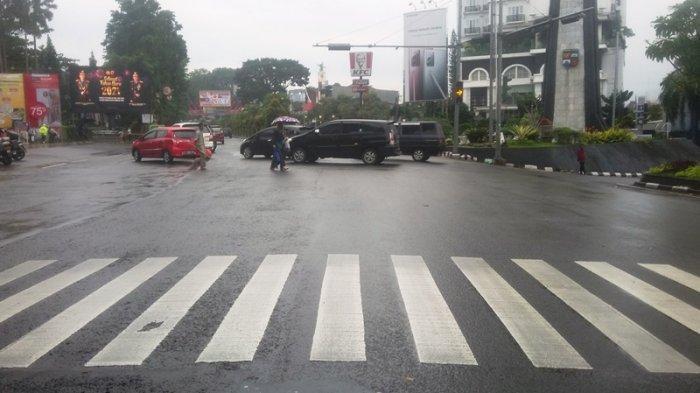 Kondisi Lalu Lintas Depan Botani Square Bogor, Hati-hati Jalan Licin