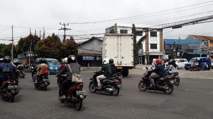 Lalu Lintas Kendaraan di Simpang Kedung Halang Arah Karadenan Ramai Lancar Saat Ini