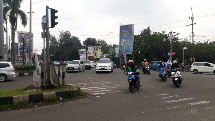 Cuaca Mendung, Lalu Lintas Di Simpang PDAM Cibinong Bogor Lancar