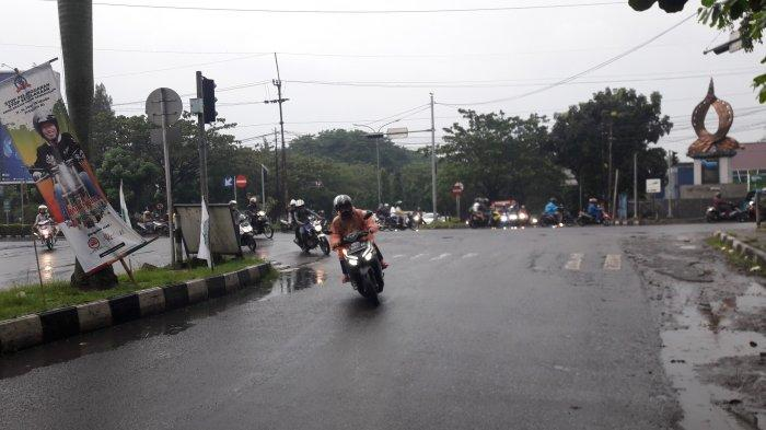 Diguyur Hujan, Arus Lalu Lintas Di Simpang PDAM Cibinong Sore Ini Ramai Lancar
