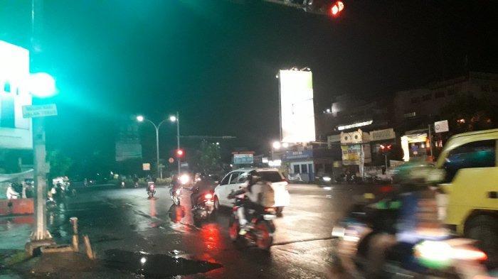 Lalu Lintas di Simpang Warung Jambu Senin, 6 April 2020 Malam
