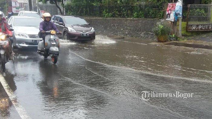 Genangan Air di Jalan KS Tubun Bogor Menimbulkan Kemacetan Hingga Jalan Sholeh Iskandar